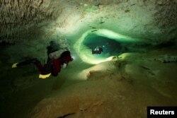 Para penyelam berkeliling di sistem gua bawah air, Sac Aktun, sebagai bagian dari Proyek Gran Acuifero Maya, dekat Tulum, di Negara Bagian Quintana Roo, Mexico, 24 Januari 2014. (Foto: Herbert Mayrl/Courtesy Gran Acuifero Maya via Reuters)
