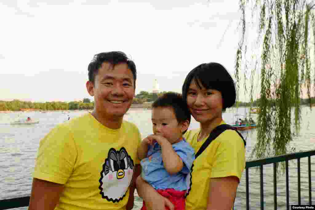 Family photo of Wang Xiyue and wife Hua Qu in Beihai Park, Beijing, China.