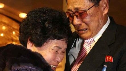 Bà Lee Son-hyang, 88 tuổi (trái) từ Hàn Quốc òa khóc khi gặp lại người em, ông Lee Yoon Geun, 72 tuổi ở Bắc Triều Tiên tại khu du lịch Núi Kim Cương, ngày 20/2/2014.