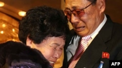 Bà Lee Son-hyang, 88 tuổi (trái) từ Nam Triều Tiên òa khóc khi gặp lại người em, ông Lee Yoon Geun, 72 tuổi ở Bắc Triều Tiên tại khu du lịch Núi Kim Cương ở Bắc Triều Tiên ngày 20/2/2014.