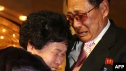 20일 금강산에서 열린 남북 이산가족 행사에서 한국의 리선향(88) 씨가 북한의 가족 리윤근(72) 씨와 포옹하고 있다.
