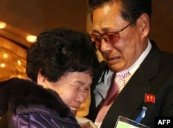 Lee Son-hyang (L) of South Korea and Lee Yoon Geun (R) of North Korea embrace during a reunion event for families divided by the two countries at the Diamond Mountain resort in North Korea, Feb. 20, 2014.