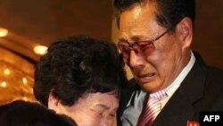 韩战离散家人在金刚山度假地相聚,抱头痛哭。(2014年2月20日)