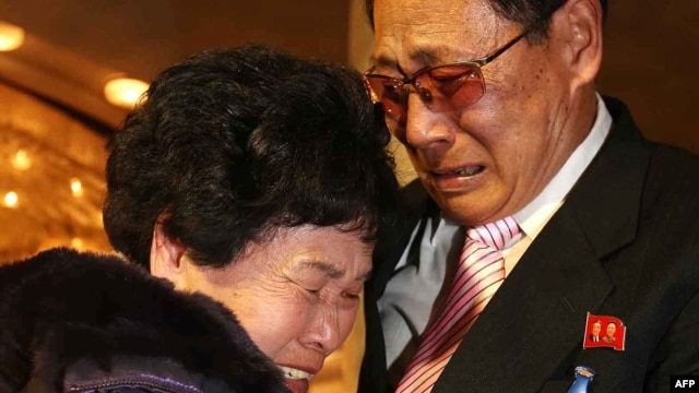 Lee Son-hyang, 88, (L) of South Korea and Lee Yoon Geun, 72 (R) of North Korea embrace during a reunion event for families divided by the two countries, at the Diamond Mountain resort in North Korea on February 20, 2014. (AFP Photo/Yonhap)