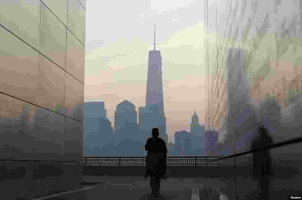 """Từ bên trong bức tường tưởng niệm """"Empty Sky"""" ở New Jersey nhìn sang hướng bên kia sông là phía nam quận Manhattan của thành phố New York, nơi có tòa tháp đôi bị tấn công khủng bố."""