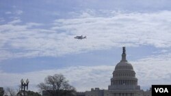 El Discovery volando alrededor del Capitolio de Washington.