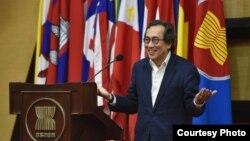 រូបឯកសារ៖ អតីតអ្នកការទូតសិង្ហបុរីលោក Bilahari Kausikan ក្នុងអំឡុងពេលនៃវេទិកាមួយ នៅលេខាធិការដ្ឋានអាស៊ាន ក្នុងទីក្រុងហ្សាកាតា ប្រទេសឥណ្ឌូនេស៊ី កាលពីថ្ងៃទី២២ ខែមីនា ឆ្នាំ២០១៩។ (រូបថតដកស្រង់ពីគេហទំព័រ ASEAN)