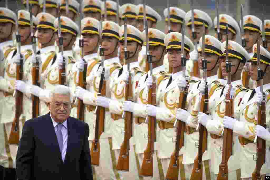 ادای احترام گارد تشریفاتی چین در استقبال از محمود عباس، رئیس تشکیلات خودگردان فلسطینی در چین