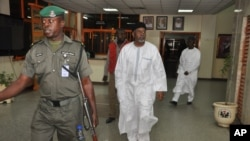 L'ancien conseiller à la sécurité nationale du Nigeria Sambo Dasuki, centre, s'apprêtant à se présenter à une audience pour répondre à des accusations de possession illégale d'armes, à la Haute cour fédérale d'Abuja, au Nigeria, le lundi 14 décembre 2015.