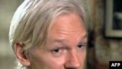 Tòa án đã bác đơn xin đóng tiền thế chân của Julian Assange để được tại ngoại hầu tra chỉ mấy tiếng đồng hồ sau khi ông ra đầu thú với cảnh sát nước Anh