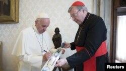 Kardinal George Pell (kanan) bersama Paus Fransiskus saat masih menjabat sebagai penasihat senior Paus di Vatikan (foto: dok).