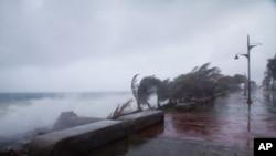 Gió mạnh và sóng lớn do bão Erika mang tới đập vào bờ biển Santo Domingo, Cộng hòa Dominica, ngày 28/8/2015.