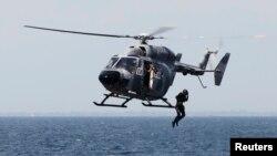 Seorang anggota Pasukan Khusus AL Kolombia melompat dari helikopter dalam latihan penyelamatan di Covenas, Sucre, 30 Agustus 2019.