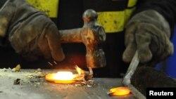 Trabajo en una planta de acero. 21 millones de personas trabajan a la fuerza alrededor del mundo.