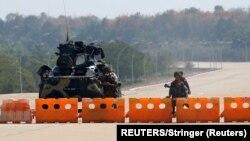 緬甸軍隊在內比都通往緬甸議會的道路上設置了哨卡。 (2021年2月1日)