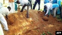 Des habitants de Kizara enterrent les victimes d'une attaque dans cettepartie de l'Etat de Zamfara, Nigeria, le 18 juin 2013