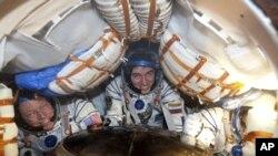 美國人邁克•福蘇姆﹑俄羅斯宇航員謝爾蓋•沃爾科夫和日本人古川聰(從左到右)