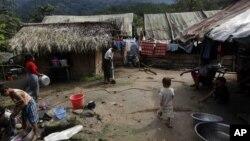 ကခ်င္ျပည္နယ္ရွိ စစ္ေရွာင္စခန္းတခုမွာ ေတြ႔ရတဲ့ စစ္ေရွာင္ဒုကၡသည္မ်ား။ (ေအာက္တိုဘာ ၂၉၊ ၂၀၁၃)