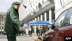 Nemačka policija sa psima pregleda automobile