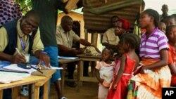 ARCHIVES - Des réfugiés ivoiriens s'enregistrant à Loguatuo, au Liberia