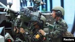 资料照:台湾军人展示美制双联装毒刺式防空导弹。(2005年8月11日)