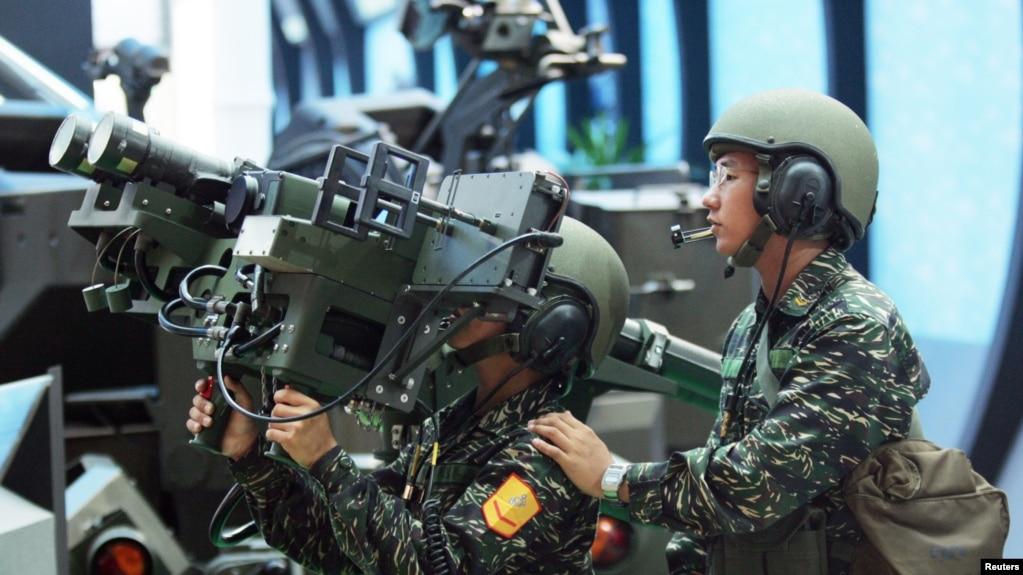 資料照:台灣軍人展示美製雙聯裝毒刺導彈。 (2005年8月11日)