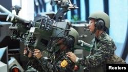 资料照:台湾军人展示美制双联装毒刺导弹。(2005年8月11日)