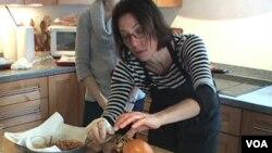 Penata makanan Lisa Cherkasky tengah menyiapkan sandwich ikan.