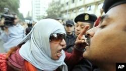 一位埃及活动人士严厉质问防暴警察