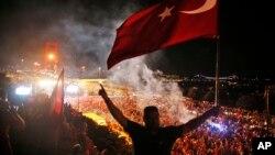 支持土耳其政府的群众在通往伊斯坦布尔的博斯普魯斯大桥的道路上示威(2016年7月21日)