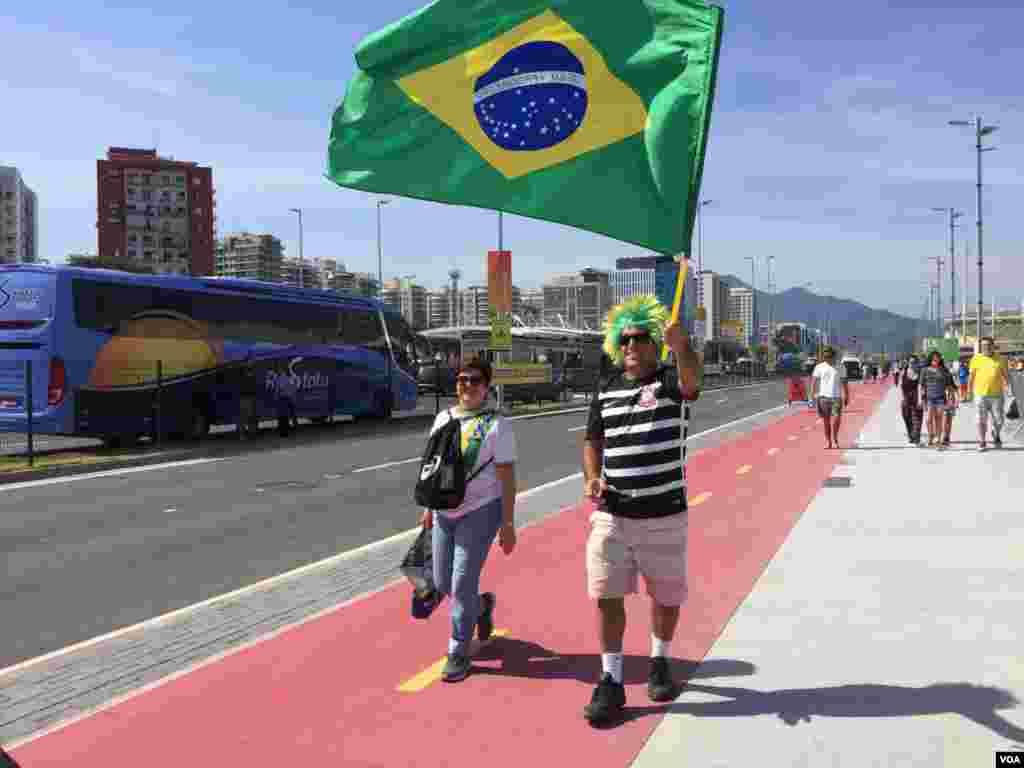 La bandera brasilera ondea en señal de orgullo y apoyo a los atletas que participan en los juegos olímpicos.