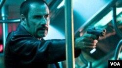John Travolta sedang berakting dalam film 'The Taking of the Pelham 123.'
