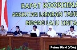 Gubernur Jawa Timur bersama Menteri Kesehatan, Menteri Perhubungan dan sejumlah instansi membahas kesiapan mudik lebaran 2019 di Gedung Negara Grahadi, Surabaya (foto Petrus Riski-VOA)
