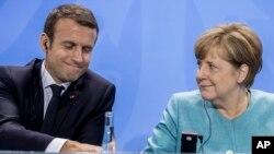 El presidente de Francia, Emmanuel Macron (izquierda) y la canciller de Alemania, Angela Merkel, asistieron a una conferencia de prensa después de una reunión previa a la cumbre del G-20 en Berlín, Alemania, el jueves, 29 de junio de 2017.