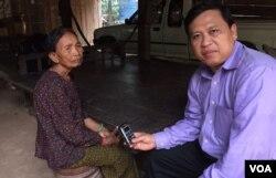 អ្នកស្រី អ៊ឹម ចែម អតីតគណៈស្រុកព្រះនេត្យព្រះក្នុងរបបខ្មែរក្រហម និយាយជាមួយនឹងអ្នកយកព័ត៌មានរបស់វីអូអេខ្មែរលោក សុខ ខេមរា នៅគេហដ្ឋានរបស់អ្នកស្រី នៅខេត្តឧត្តរមានជ័យ កាលពីថ្ងៃទី១១ ខែសីហា ឆ្នាំ២០១៥។ (សុខ ខេមរា/VOA Khmer)