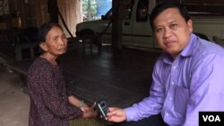 Im Chaem, the former Khmer Rouge secretary of Preah Net Preah district, with VOA Khmer's reporter Sok Khemara in her home, in Oddar Meanchey, on August 11, 2015. (Photo: VOA Khmer)