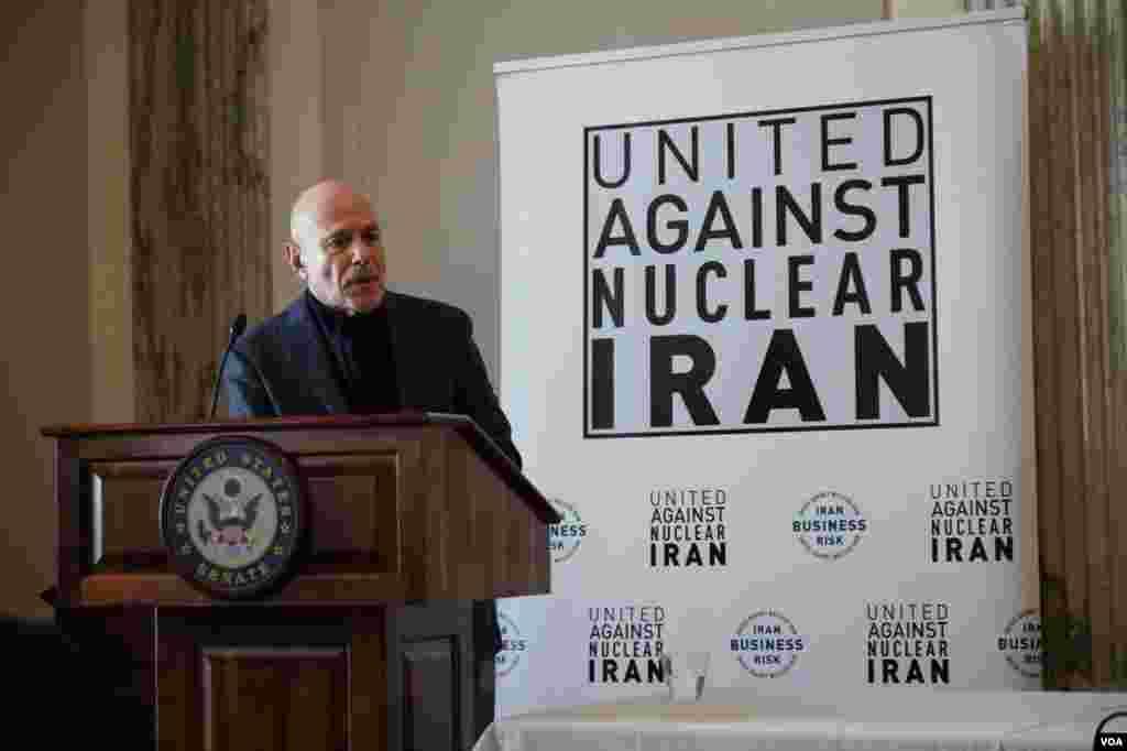 بری روزن در مراسم گروه اتحاد علیه ایران هستهای. آقای روزن ۴۴۴ روز در اسارت گروگانگیران در سفارت آمریکا در تهران بود.