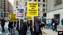 Warga Baltimore melakukan unjuk rasa di luar gedung pengadilan saat berlangsungya persidangan kasus tewasnya pemuda kulit hitam Freddie Gray (foto: dok).
