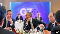 Prezident Obama va Britaniya bosh vaziri Deyvid Kameron (chapda) Bryusselda Katta Sakkizlik sammiti doirasida gaplashmoqda, 5-iyun, 2014-yil
