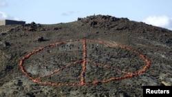 지난 1일 그리스 레스보스 섬에서 난민들을 돕고 있는 비정구기구(NGO) 소속 자원봉사자들이 난민들이 입고 온 구명조끼를 이용해 평화를 상징하는 문양을 만들었다.