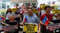 헤이그 상설중재재판소의 판결을 이틀 앞둔 지난 10일 필리핀 마닐라 시민들이 중국 총영사관 앞에서 중국의 남중국해 영유권 주장에 항의하는 집회를 열고 있다.