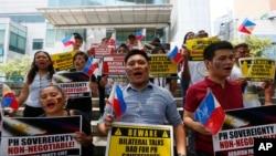 资料图片:菲律宾人在中国领事馆外,抗议中国在有争议的斯普拉特利群岛建造岛屿。
