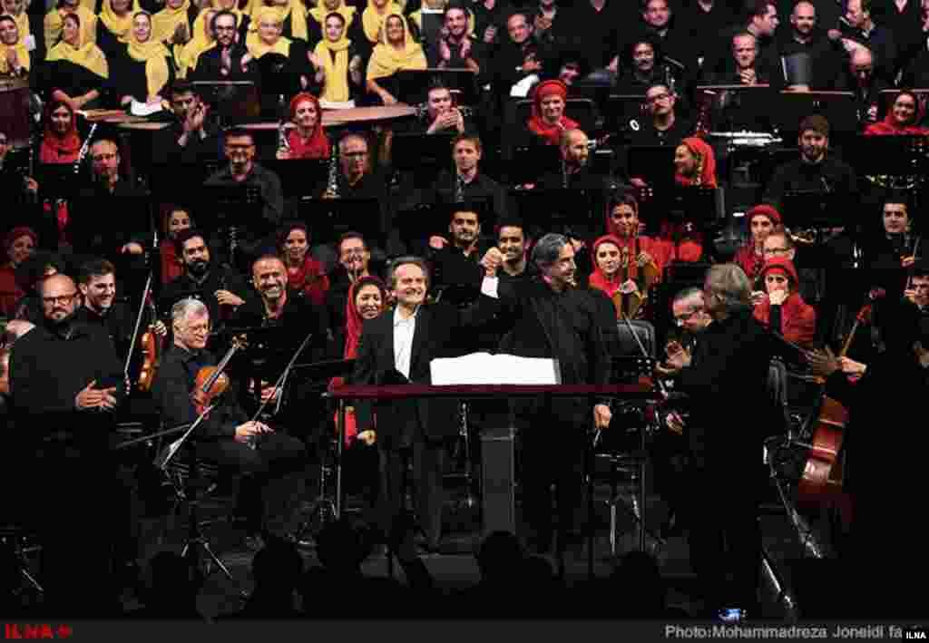 اجرای مشترک «ارکستر فستیوال راونا» و «ارکستر سمفونیک تهران» به رهبری «ریکاردو موتی» و مدیر هنری «شهرداد روحانی» در تالار وحدت. عکس:محمدرضا جنیدی فرد