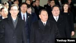金英哲(前)率領代表團2018年2月25日進入南韓一側(韓聯社)