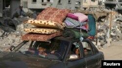 Người trên đường về nhà sau thỏa thuận ngừng bắn tại thị trấn Beit Hanoun ở phía Bắc Dải Gaza, ngày 27/8/2014.