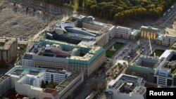 La vista aérea en Berlín muestra al centro la embajada británica, abajo a la izquierda el Hotel Adlon, en la parte superior la Academia de Artes y la Embajada de Estados Unidos, el monumento en recuerdo del Holocausto arriba a la izquierda, la plaza Pariser Platz y la puerta de Brandenburgo.