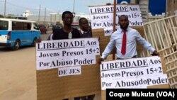 Jovens detidos à porta do Tribunal Provincial de Luanda