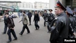 Dorgomilovskiy bozorida ishchilar tekshiruvdan o'tmoqda, Moskva