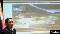 菲律宾议员阿塞迪罗展示中国方面在南沙群岛填海造岛的幻灯片(2015年3月26日)