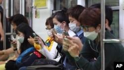 Hành khách đeo khẩu trang để phòng ngừa bệnh MERS trên một chuyến tàu điện ngầm ở Seoul, Hàn Quốc, ngày 8/6/2015.